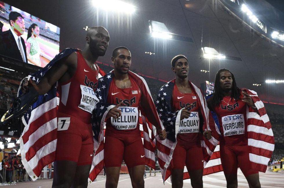 Los estadounidenses celebrando el oro conseguido en los relevos.