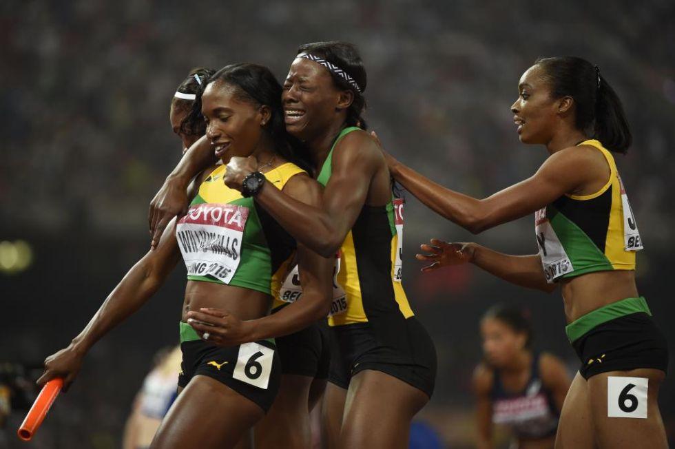 Las jamaicanas se abrazan con l�grimas de alegr�a celebrando su nuevo t�tulo como campeonas del mundo en relevos 4x400.