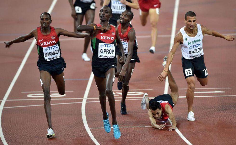 El marroqu� Abdalaati Iguider, que finalmente acab� tercero, tropez� cuando entr� por la meta.