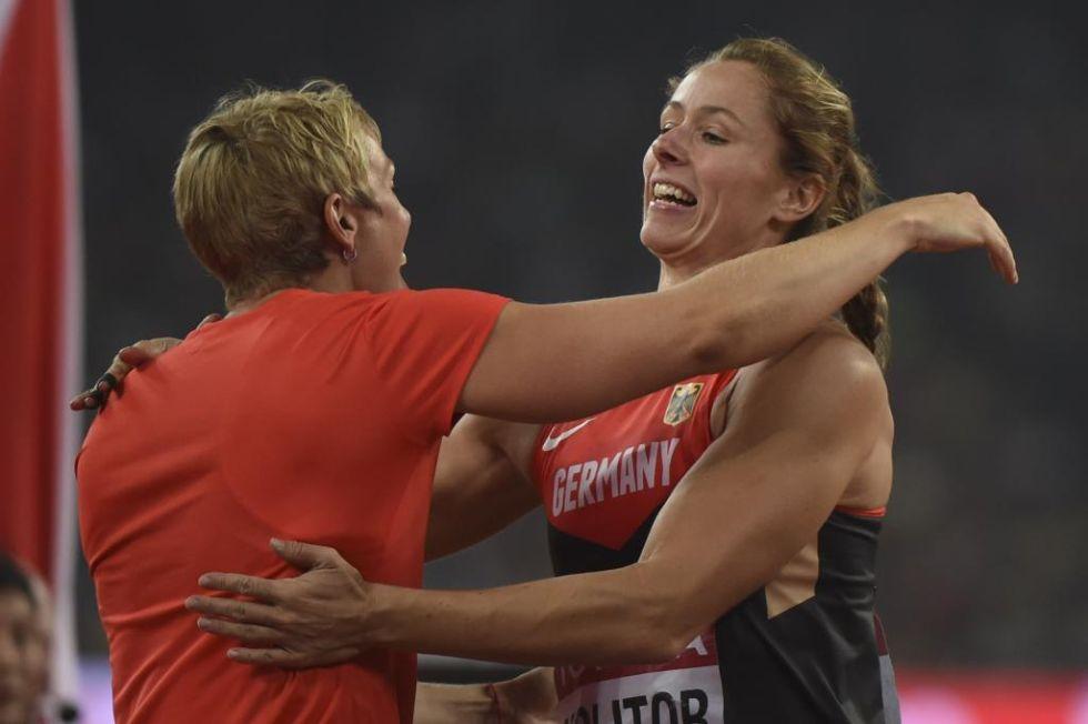 Christina Obergf�ll abraz� a la nueva campeona mundial de jabalina.