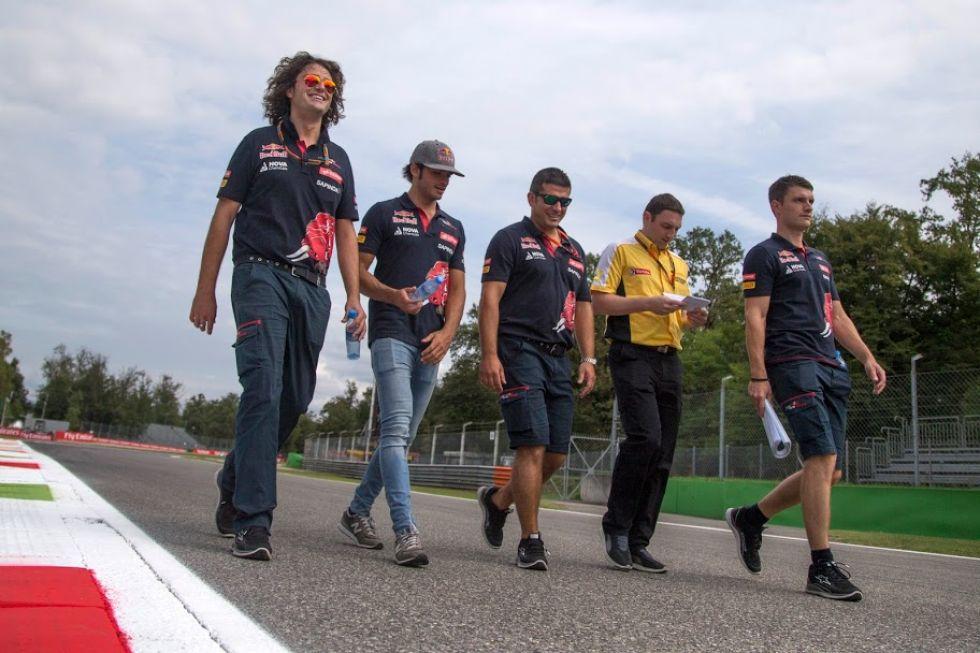 Carlos Sainz, dando un paseo por Monza con su gente de confianza.