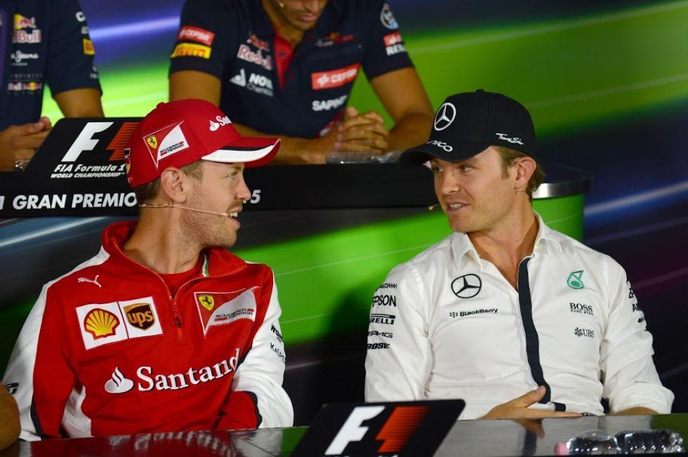 Sebastian Vettel y Nico Rosberg charlan durante la rueda de prensa de la FIA