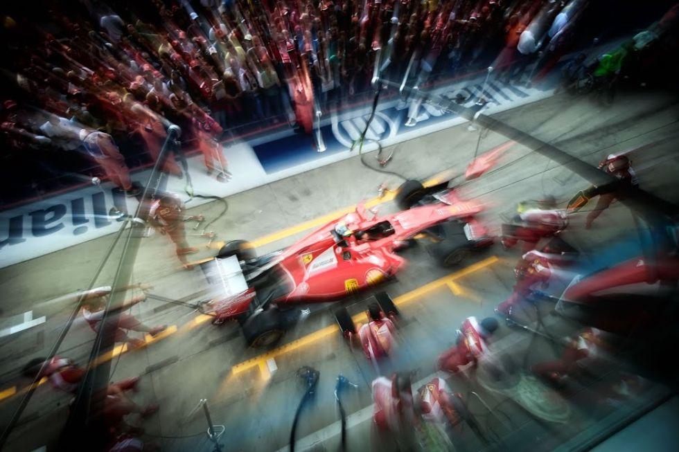 Uno de los Ferrari, llegando al box ante la miorada del p�blico.