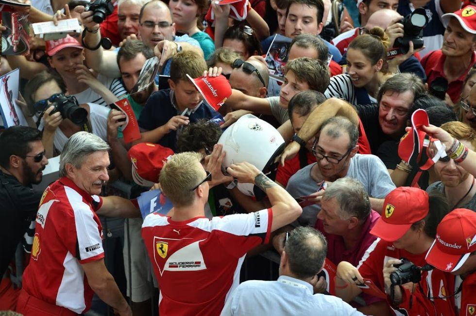 Kimi Raikkonen, firmando aut�grafos a los 'tifosi'.