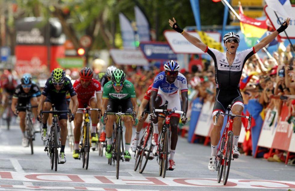 Jasper Stuyven consigu� imponerse en la accidentada etapa de Murcia con la mu�eca fracturada