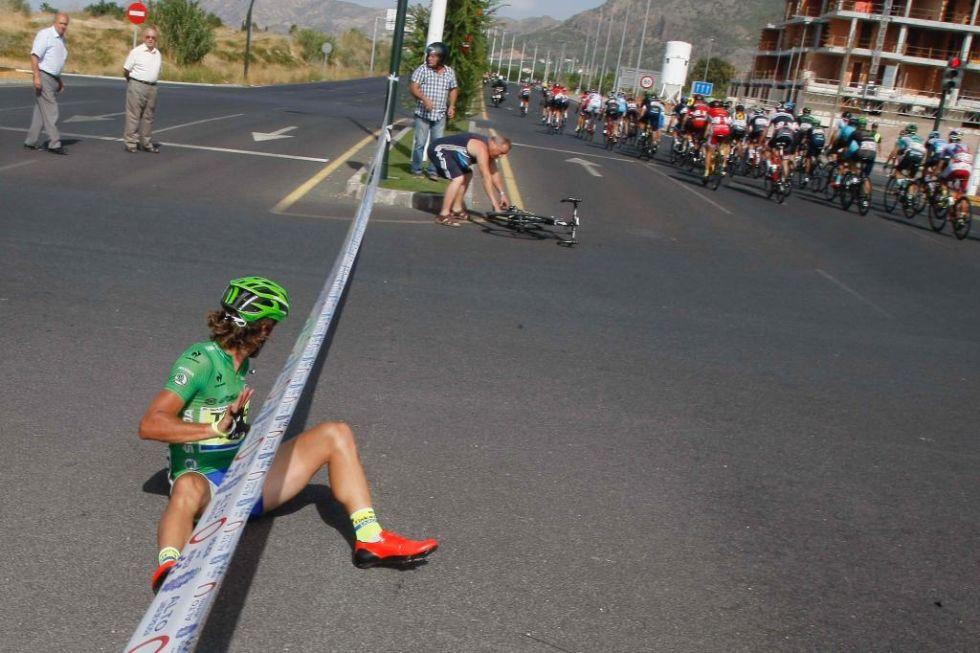 Peter Sagan fue arrollado por una moto de asistencia cuando luchaba por la victoria. El eslovaco acab� abandonando al d�a siguiente.