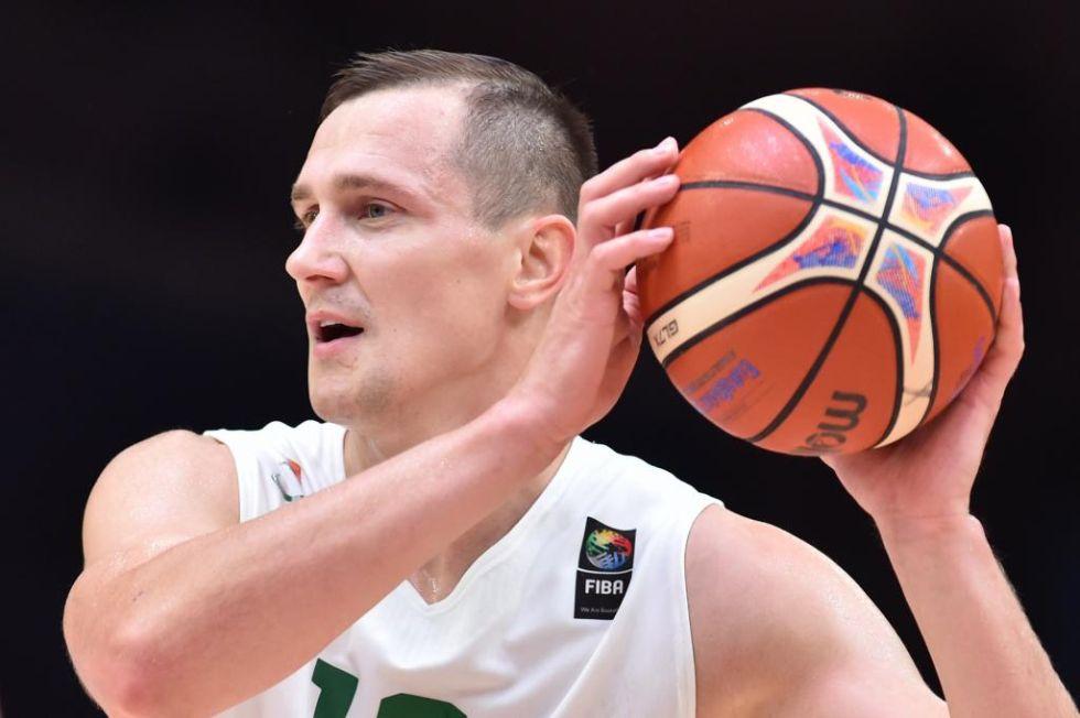 Jankunas protege el bal�n durante un partido de este Eurobasket