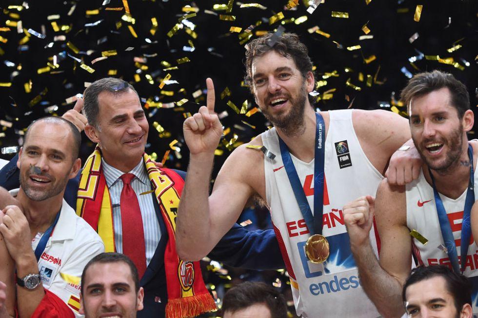 Pau Gasol y Felipe VI celebran el triunfo de Espa�a.