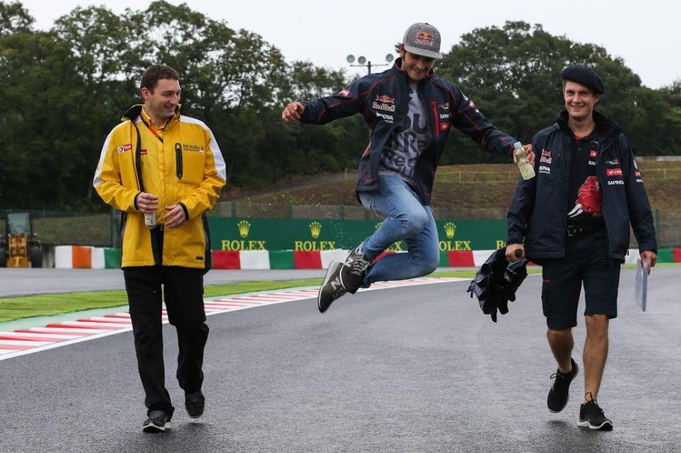 Carlos Sainz pega un brinco dando una vuelta por el circuito.