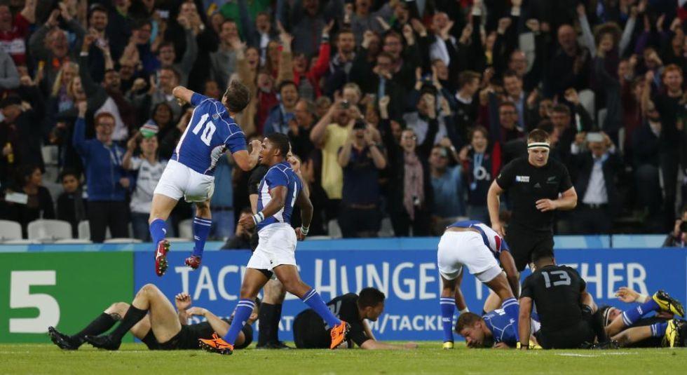 El zaguero namibio celebra el histórico ensayo de su compañero Johan Deysel en el Olympic Stadium y ante los 'All Blacks'.