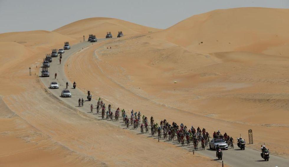 Los ciclistas soportaron las altas temperaturas y rodaron envueltos por las dunas del desierto.