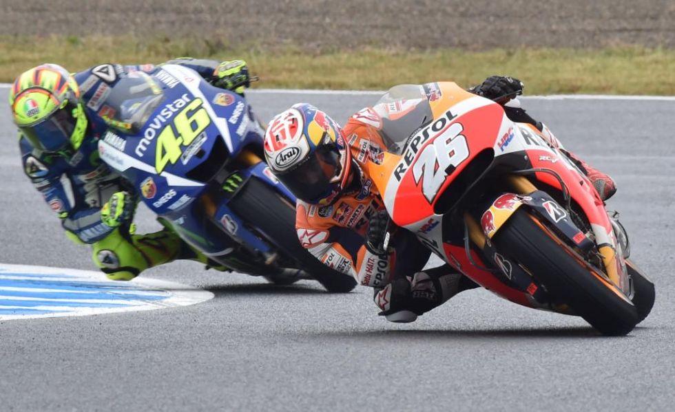 Pedrosa pasa a Rossi y se va en busca de Lorenzo.