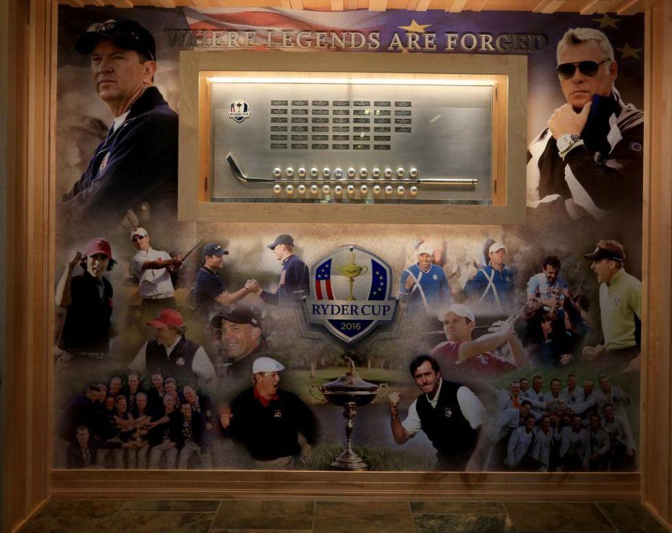 Este cuadro da la bienvenida al Hazeltine National Golf Club. En primer plano, los dos capitanes de la Ryder 2016. A la izquierda, Davis Love III (Estados Unidos). A la derecha, Darren Clarke (Europa). Abajo, algunos de los protagonistas de otras ediciones como Severiano Ballesteros.