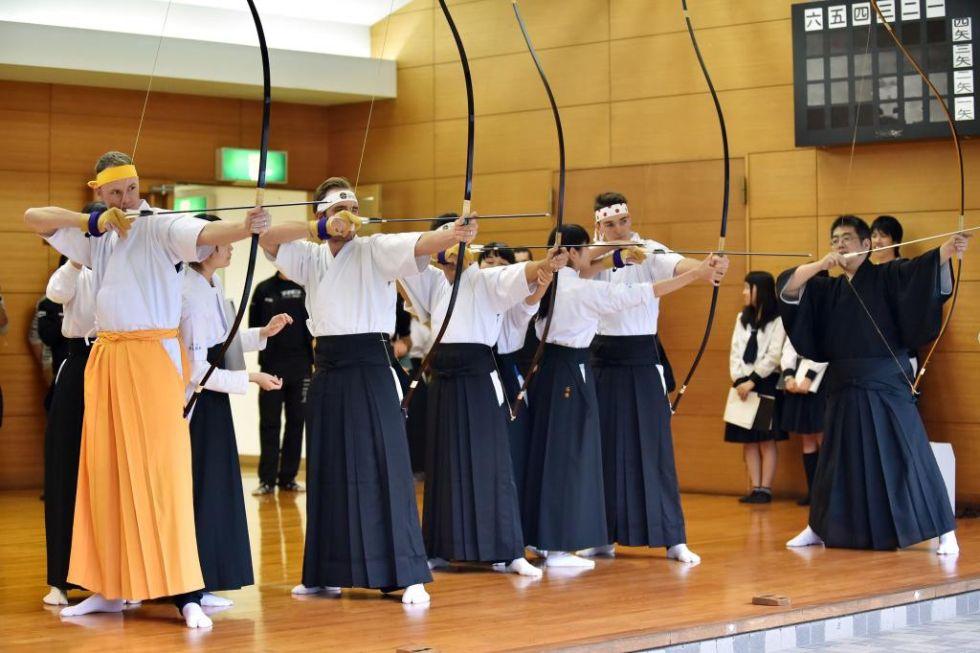 Los ciclistas invitados al Criterium de Saitama, en la lección de tiro con arco.