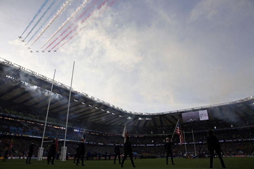 Los 'Red Arrows', de la Royal Air Force Aerobatic, sobrevuelan el Twickenham Stadium antes de comenzar la final.