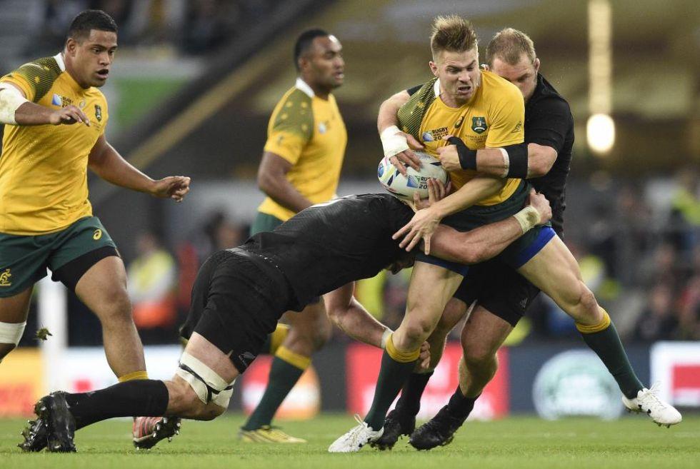 El ala australiano Drew Mitchell es frenado en seco por dos jugadores neozelandeses.