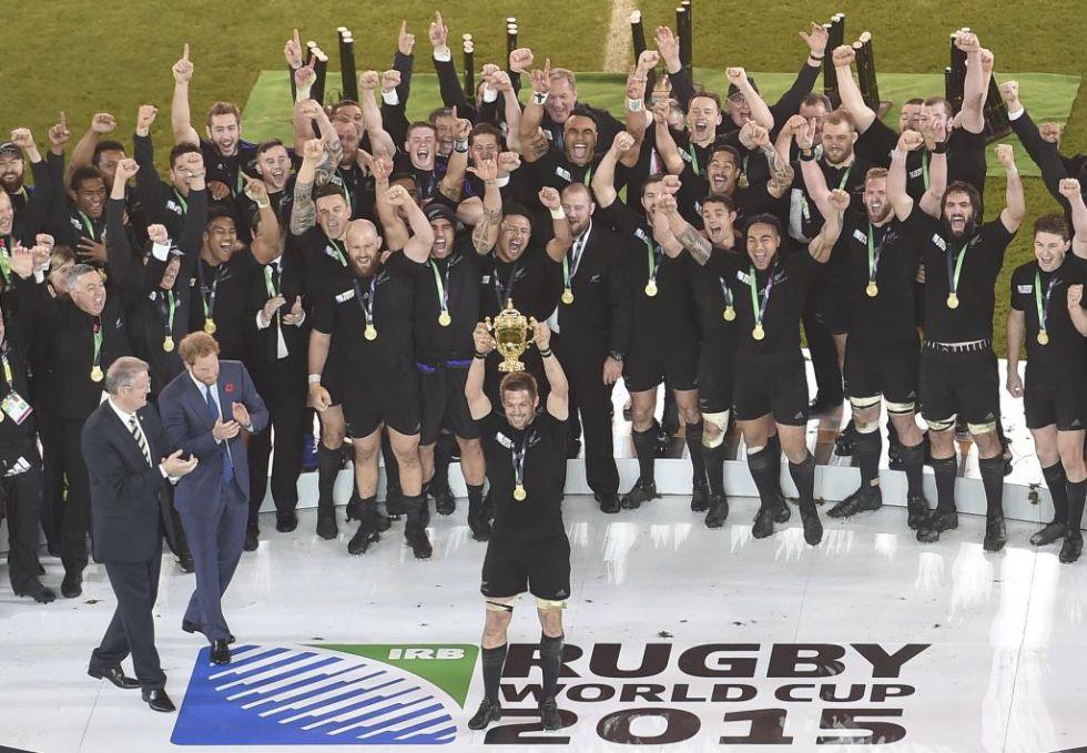 Por primera vez un jugador repetía levantando la Webb Ellis Cup... por primera vez Nueva Zelanda ganaba un Mundial lejos de casa... por primera vez el campeón repetía título... todo ello ocurrió en Inglaterra'2015.