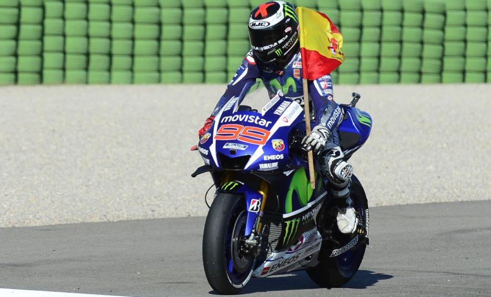 Lorenzo da la vuelta de honor con la bandera de España.
