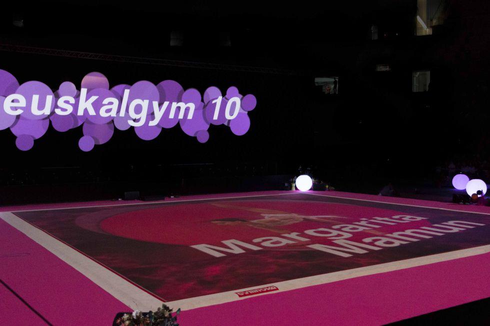 As� se present� a las gimnastas participantes en la gala.