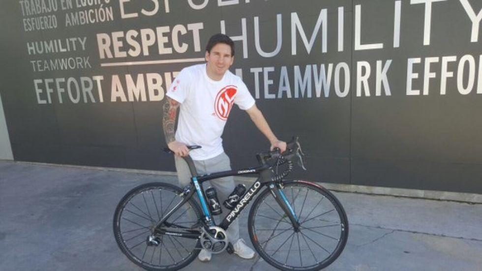 Dave Brailsford, mánager del Team Sky, acudió a la Ciudad Deportiva Joan Gamper del F.C. Barcelona para entregar a Messi una bici del equipo y un maillot, todo personalizado.