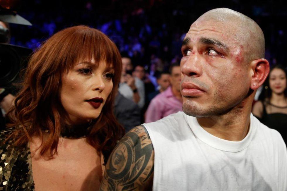 Cotto abandona el ring con su mujer