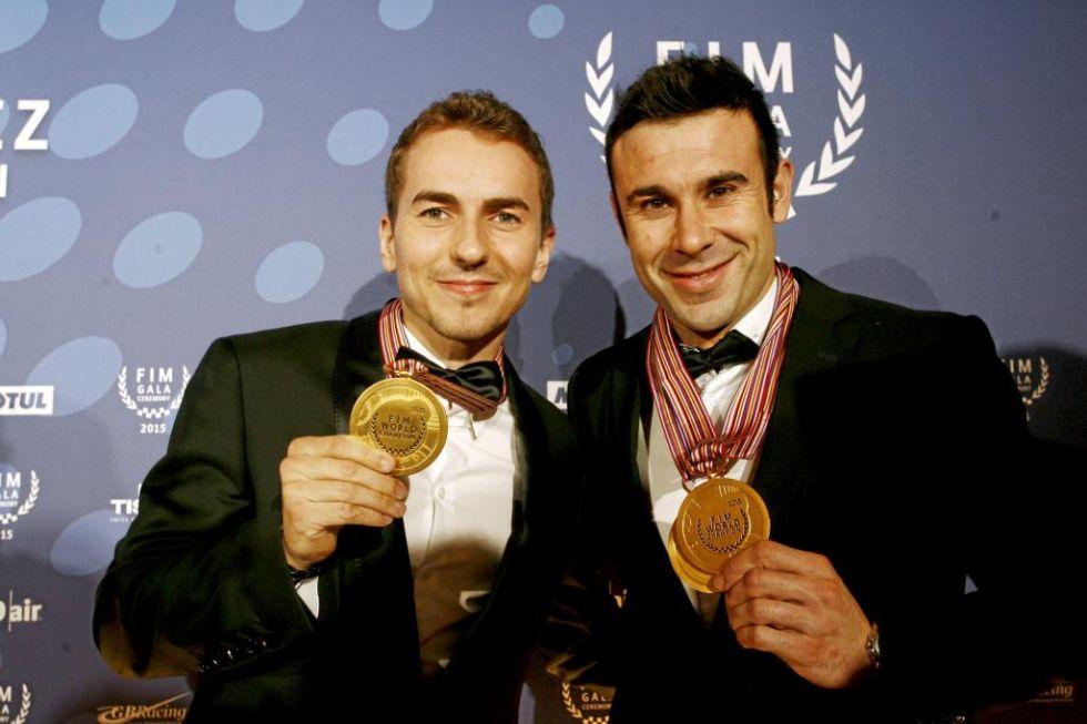 Jorge Lorenzo y Toni Bou posan con sus medallas de campeones.