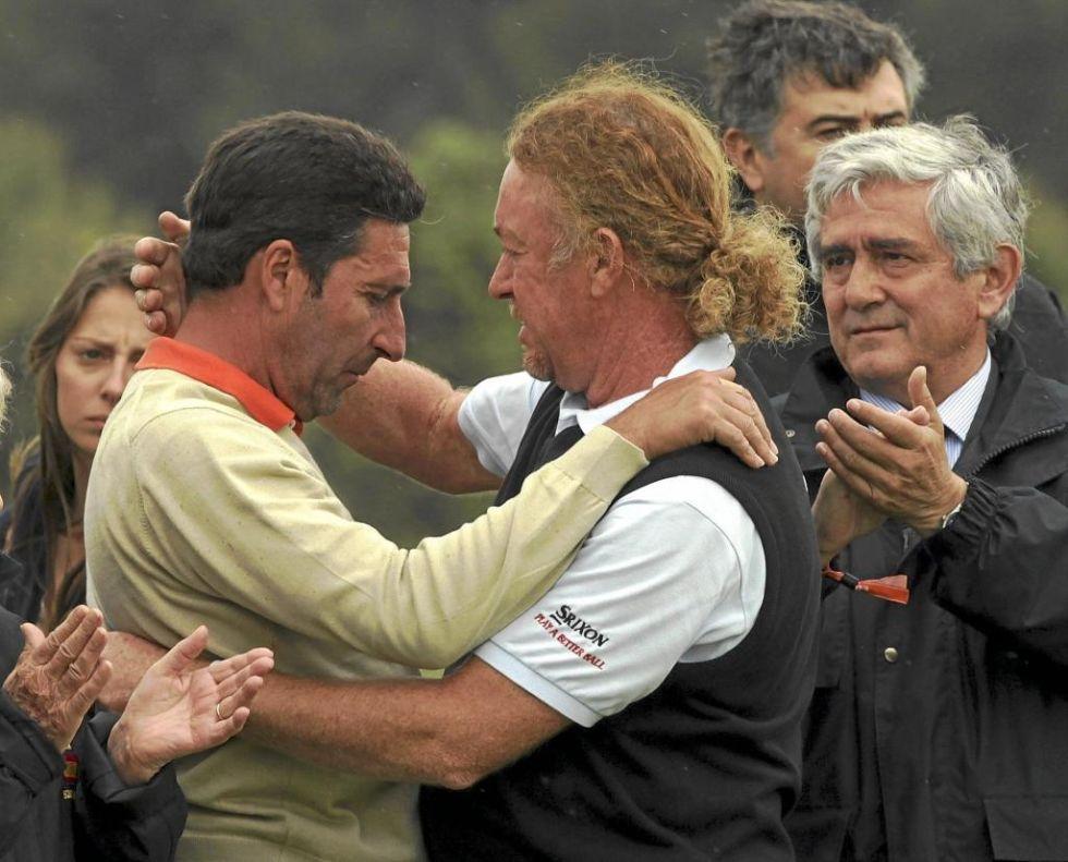 7 de mayo de 2011. Ha muerto el gran Seve. Olazábal y Jiménez se abrazan tras guardar un minuto de silencio en la tercera vuelta del Open de España.