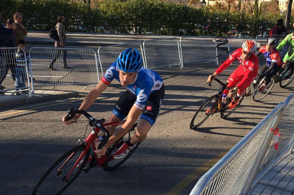 Koldo Fern�ndez traza una curva en la escapada inicial de la prueba de veteranos.