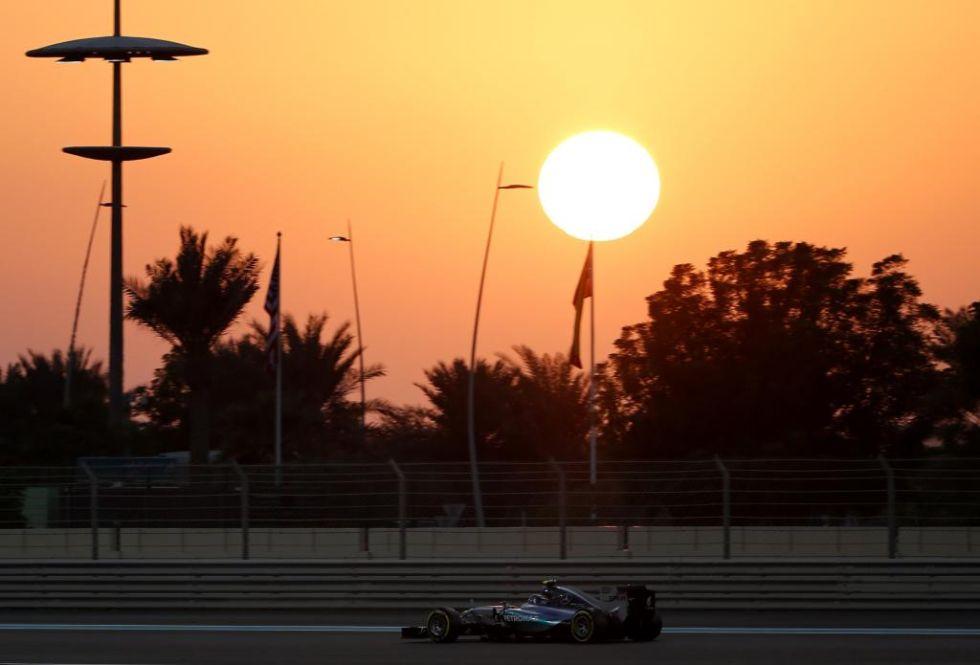 Rosberg rueda bajo el atardecer.
