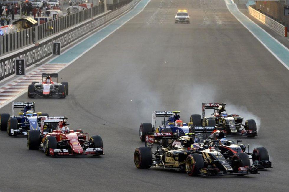 Momento en el que chocan Alonso y Maldonado en la primera curva.