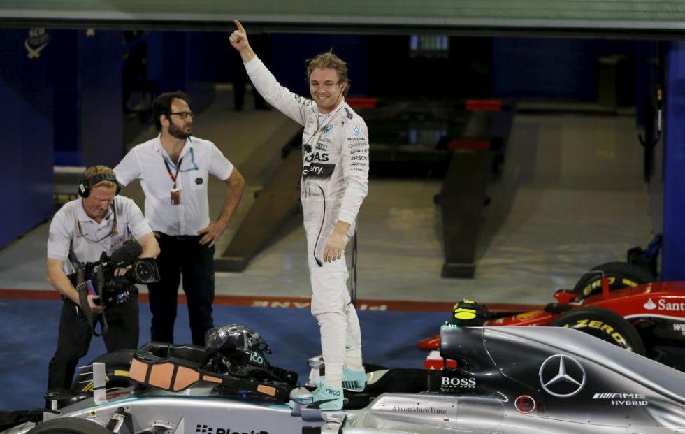 Rosberg celebra la victoria encima de su Mercedes.