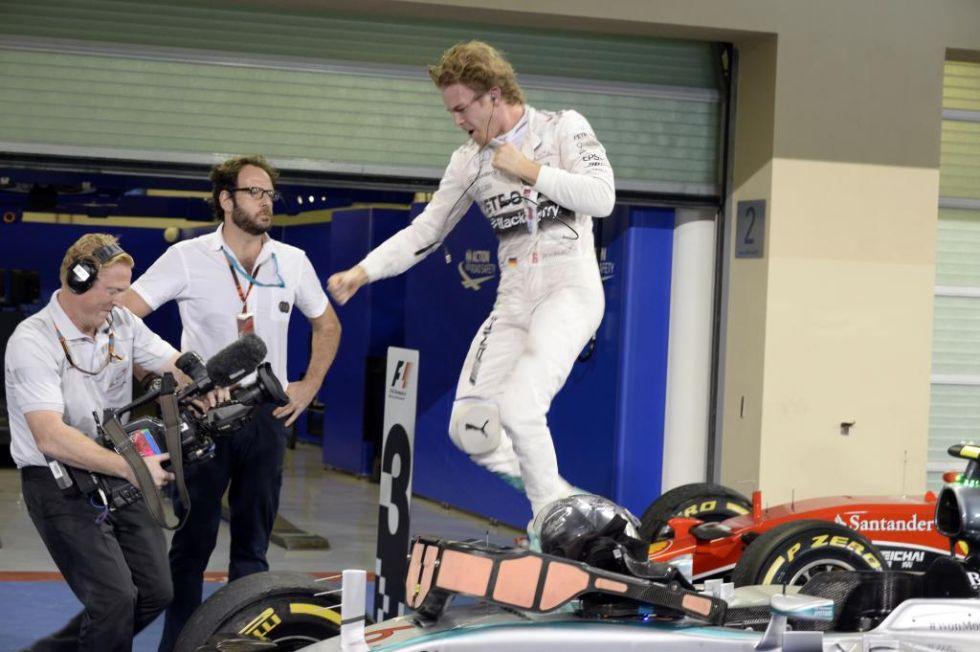 Rosberg celebra de un salto su triunfo en la carrera.