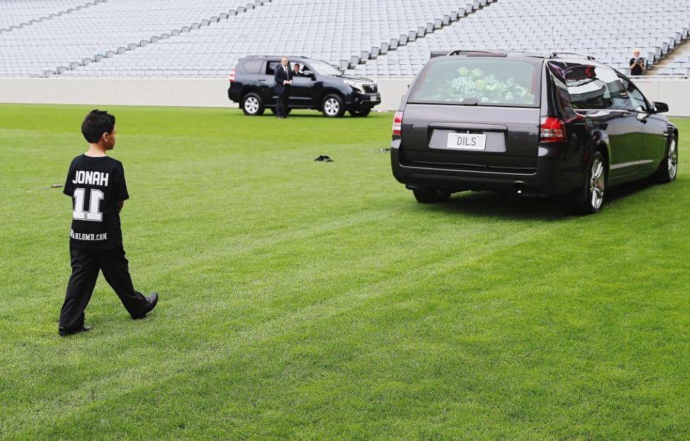 Dhyreille, uno de los dos hijos de Jonah Lomu, sigue al coche con el féretro de su padre tras la ceremonia.