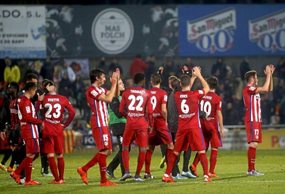 El equipo rojiblanco se despide dando un saludo a los aficionados presentes en el estadio.