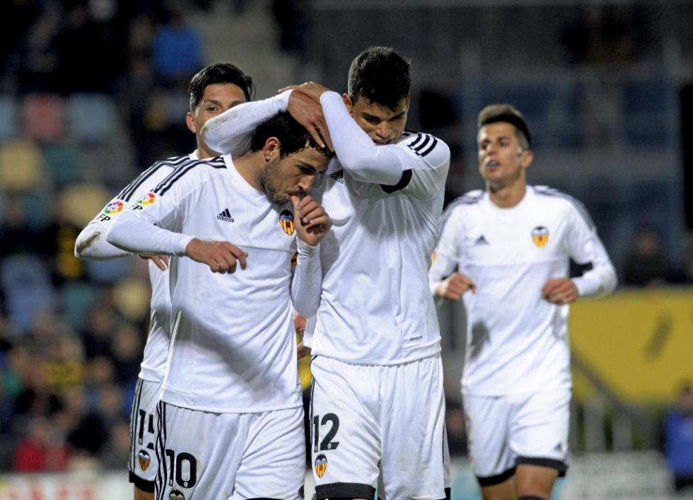 Danilo abraza a Parejo en el tercer gol del Valencia