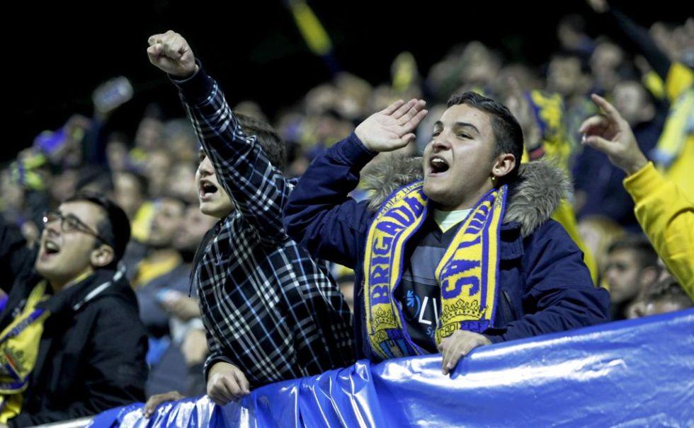Los aficionados caditanos celebran la alineaci�n indebida del Real Madrid
