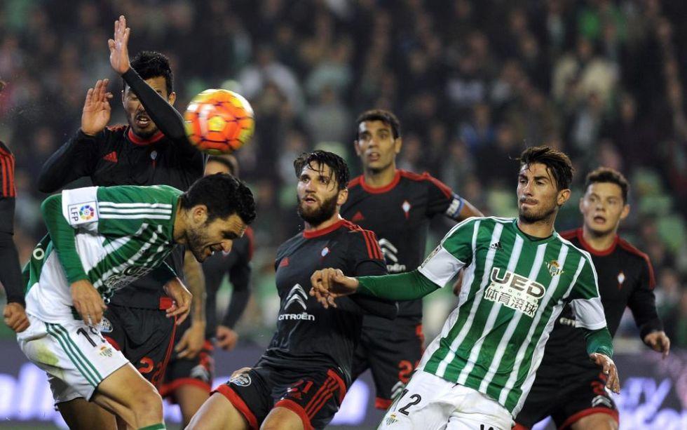 Los jugadores del Betis y el Celta de Vigo intentan quedarse el bal�n durante un lance del partido