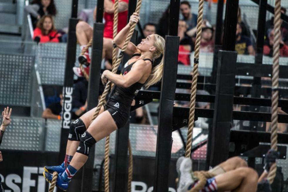 Una de las integrantes del equipo de Europa asciende por la cuerda.