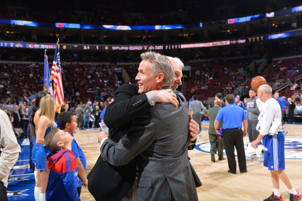 Brett Brown (Philadelphia 76ers) y Gregg Popovich (San Antonio Spurs)
