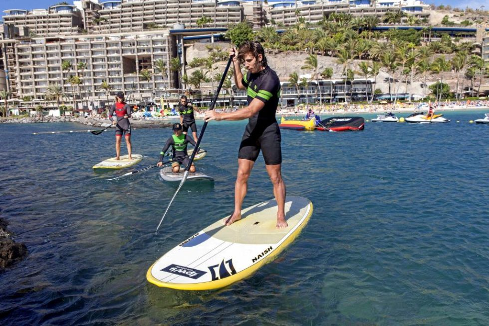 Peter Sagan tuvo problemas para sostenerse de pie sobre la tabla, por su mayor peso y envergadura, pero terminó por cogerle el aire a la técnica del Paddle Surf.