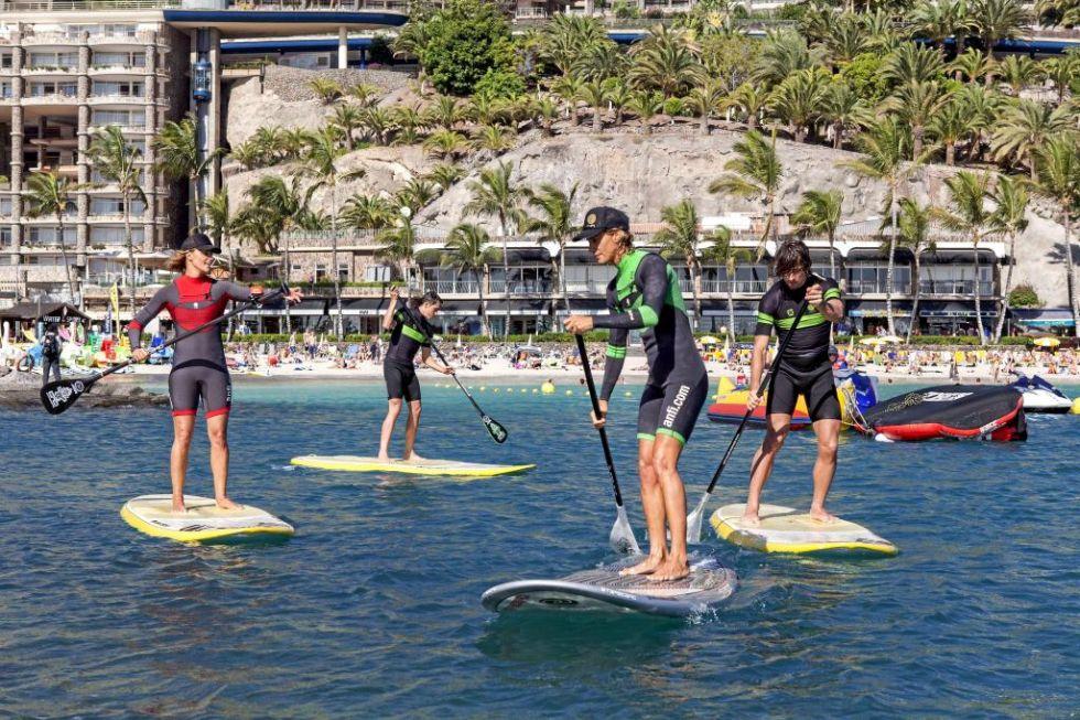 Las instructoras gu�an a los dos ciclistas del Tinkoff que practicaban el Paddle Surf por primera vez en su vida.