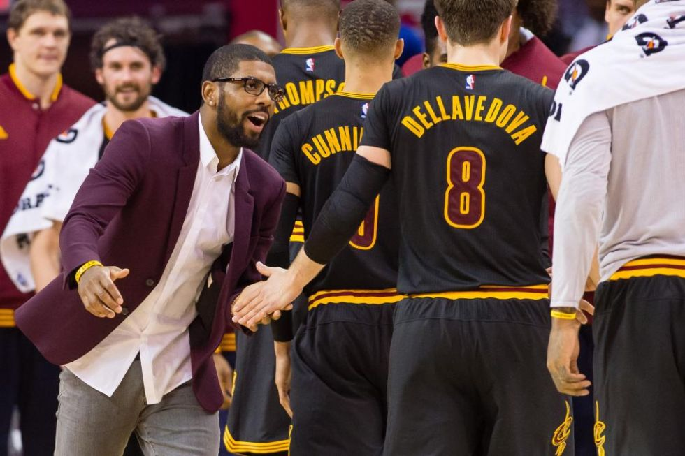 Kyrie Irving animando a sus Cavaliers