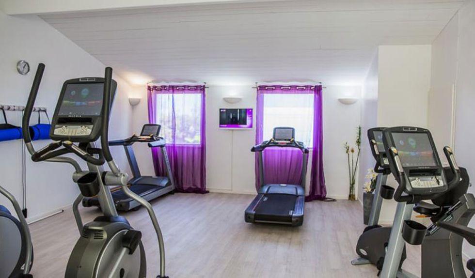 La selecci�n espa�ola es hospedar� en el hotel Atalante Relais Thalasso & Spa, ubicado en la isla de Saint-Martin-de-R� y entre las ciudades de Nantes y Burdeos. El hotel cuenta con dos piscinas, gimnasio, zona de aguas termales, jacuzzi, ba�o turco, solarium, cinco salas de reuniones.