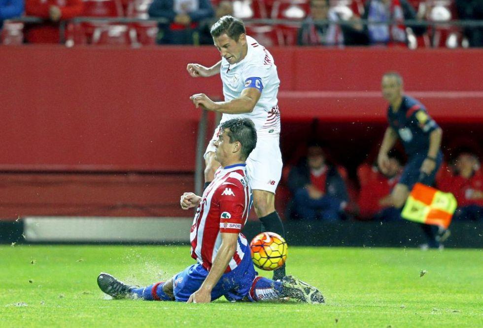 Krychowiak disputa un bal�n con Bernardo