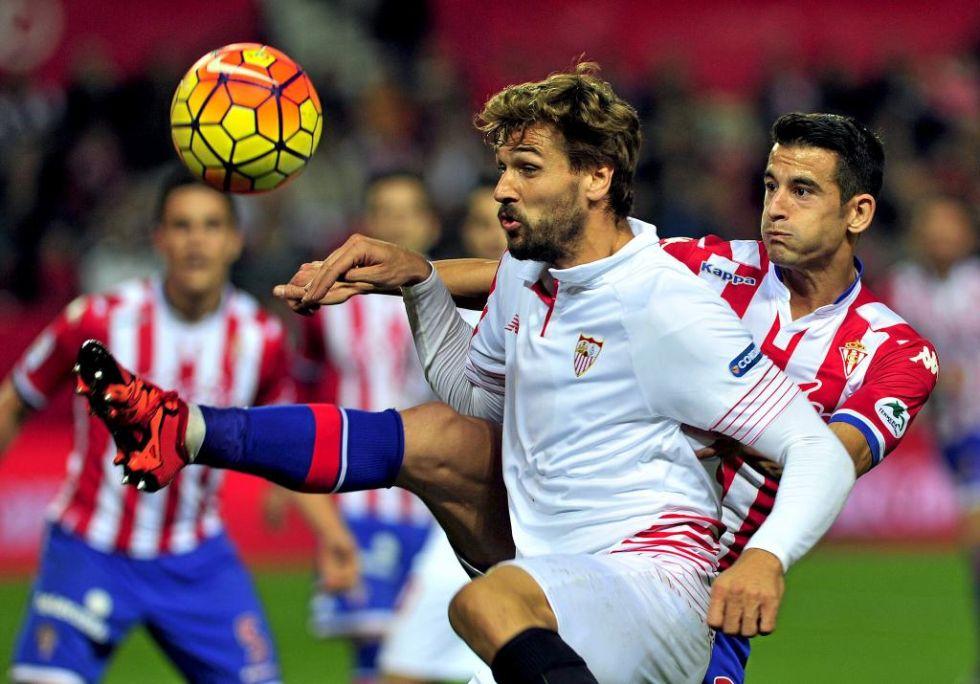 Llorente disputa un bal�n con Luis Hern�ndez