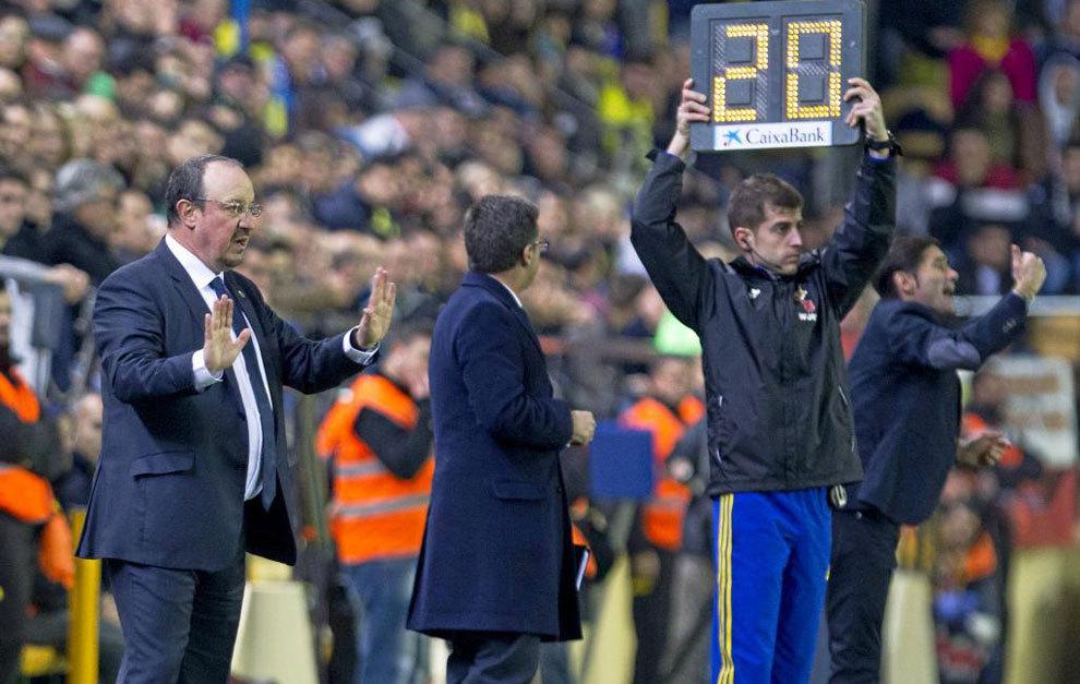 Benítez da instrucciones durante el partido en Villarreal
