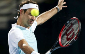 Federer se dispone a volear