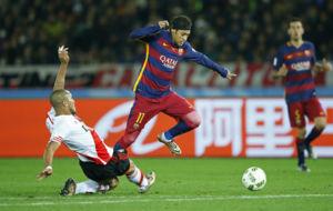 Neymar salta para evitar la entrada de Maidana.