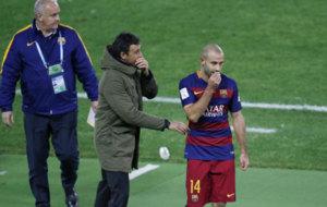 Mascherano se tapa la boca para hablar con Luis Enrique tras ser...