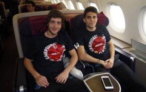 Sergi Roberto y Bartra, en el avión que les trajo de vuelta a...